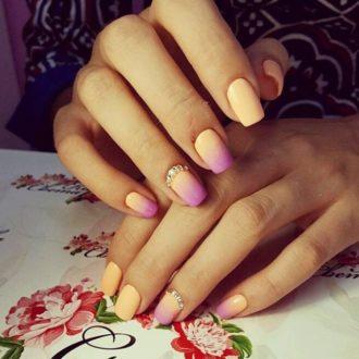 оранжёво-розовый маникюр
