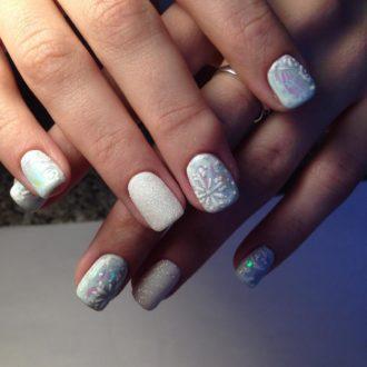 белые ногти с напылением на короткие ногти