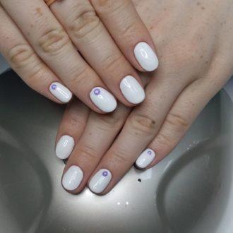 короткие ногти белые с точкой
