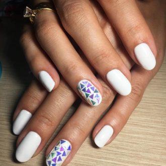 белые ногти с треугольниками