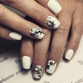 черно-белый маникюр с орнаментом на короткие ногти