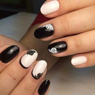 черно-белый маникюр с розочками на короткие ногти