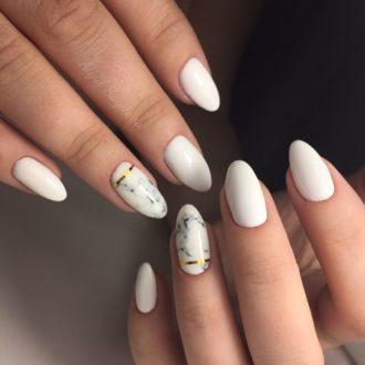 белые ногти с  линией