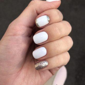 короткие бело-золотые ногти
