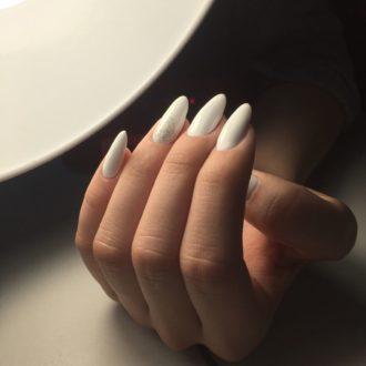 бело-серебристый маникюр