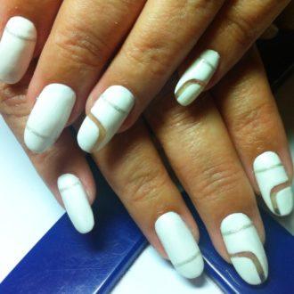 белые ногти с пробелами