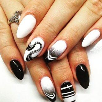 черно-белый маникюр с разводами