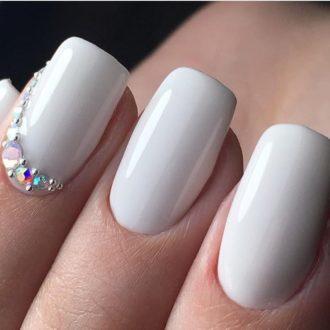 белые ногти с камушками