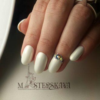 белые ногти с отливом