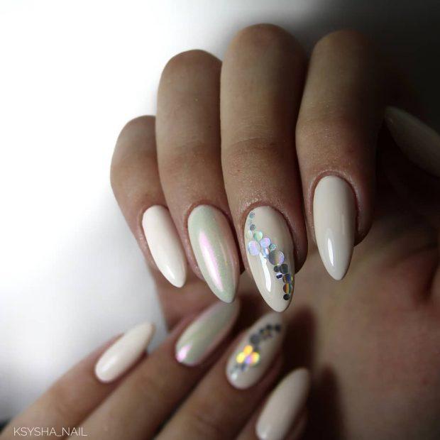 острые белые ногти с камнями