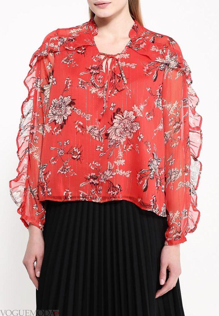 алая блузка с рюшами