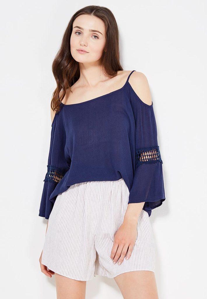 блузка с открытыми плечами синяя
