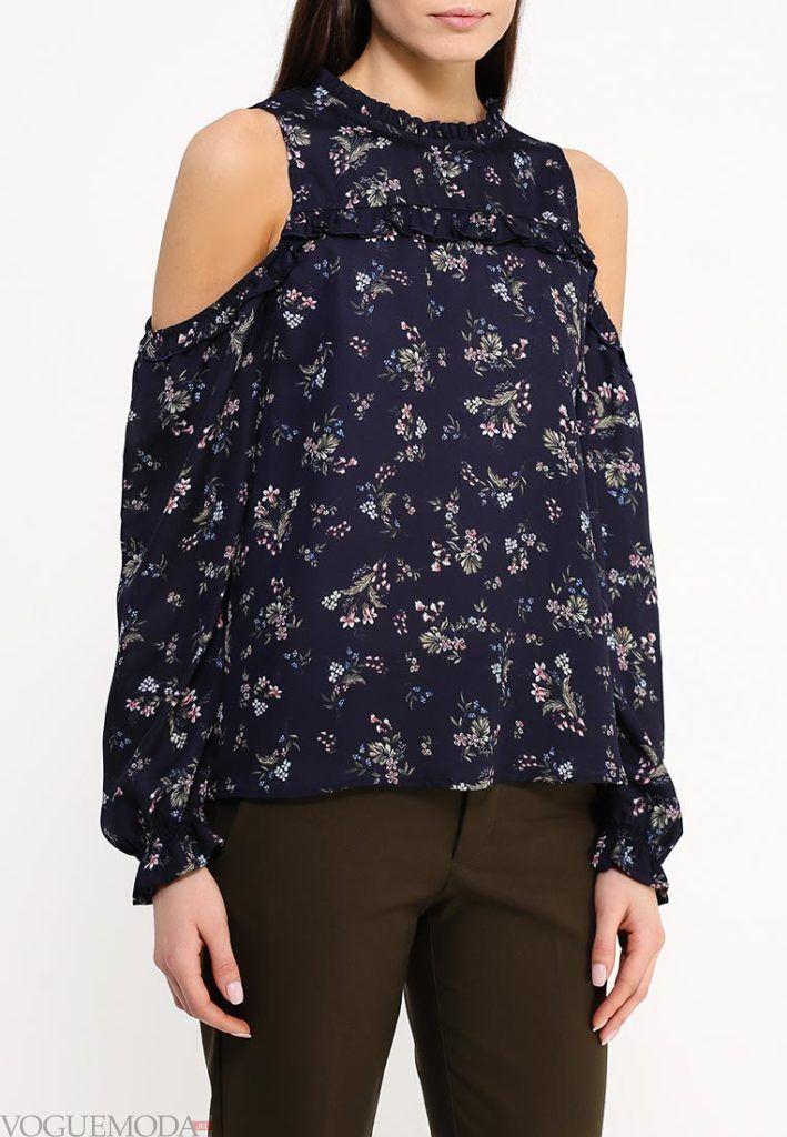 блузка с открытыми плечами и принтом