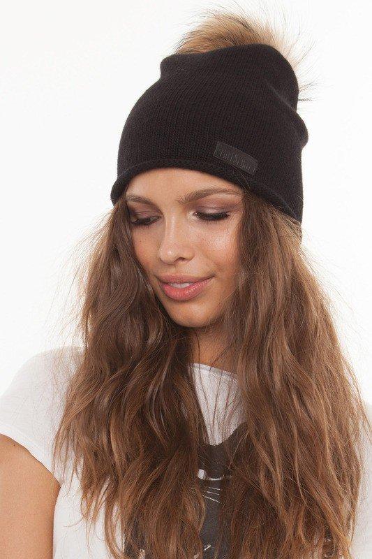 черная шапка с коричневым меховым помпоном