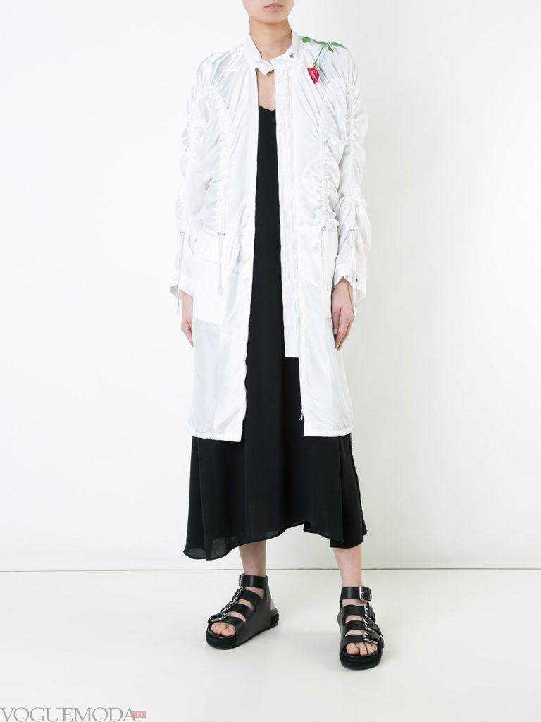 плащи 2019 2020 года модные тенденции: белый