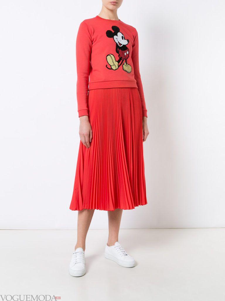 модная юбка алая