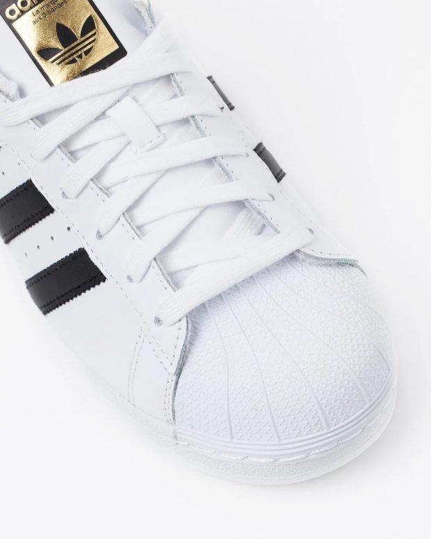 женские кроссовки 2021: белые adidas superstar золотой язычок
