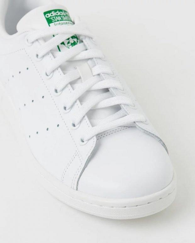 женские кроссовки 2021: белые adidas originals зеленый язычок