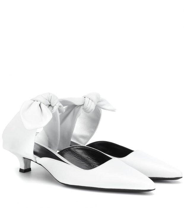белые туфли на коротком каблуке с бантом