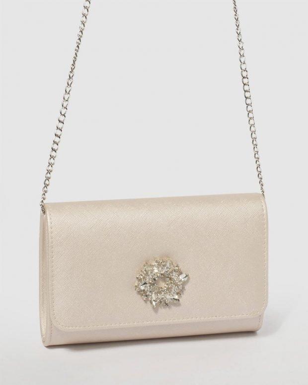 кремовая сумочка с камнями на цепи