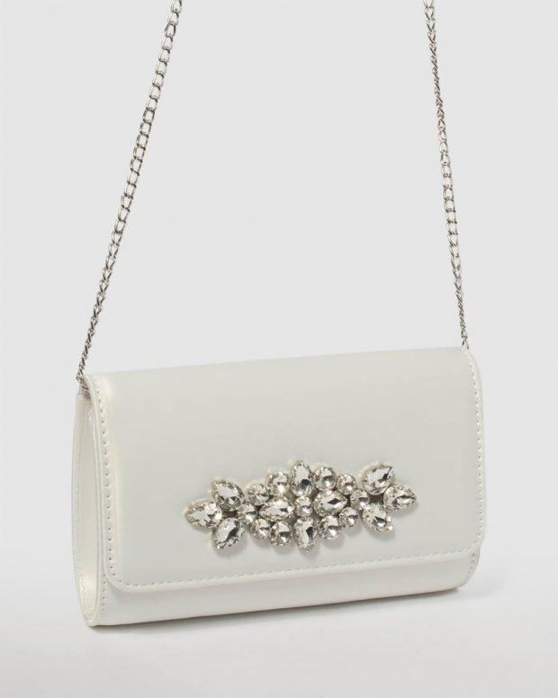 белая сумочка на цепи с камнями