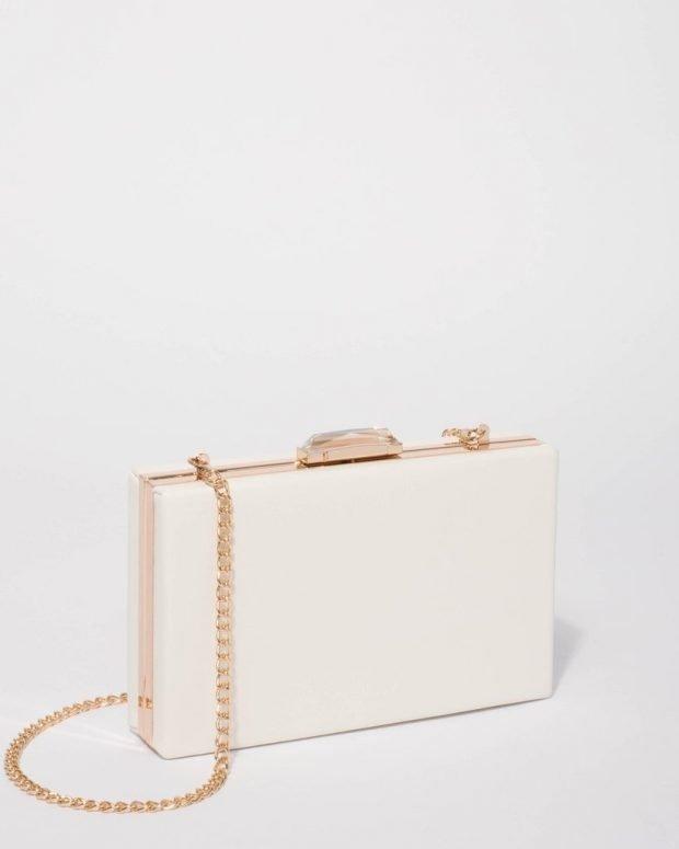 прямоугольная белая сумочка на золотой цепи