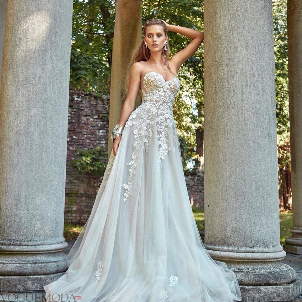 свадебное платье бюстье с украшениями