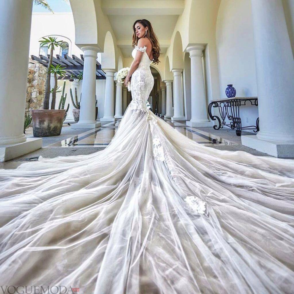 свадебное платье со шлейфом из кружева