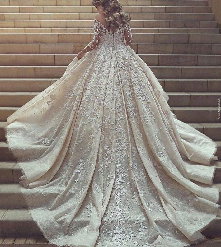 свадебные платья: вышитое со шлейфом