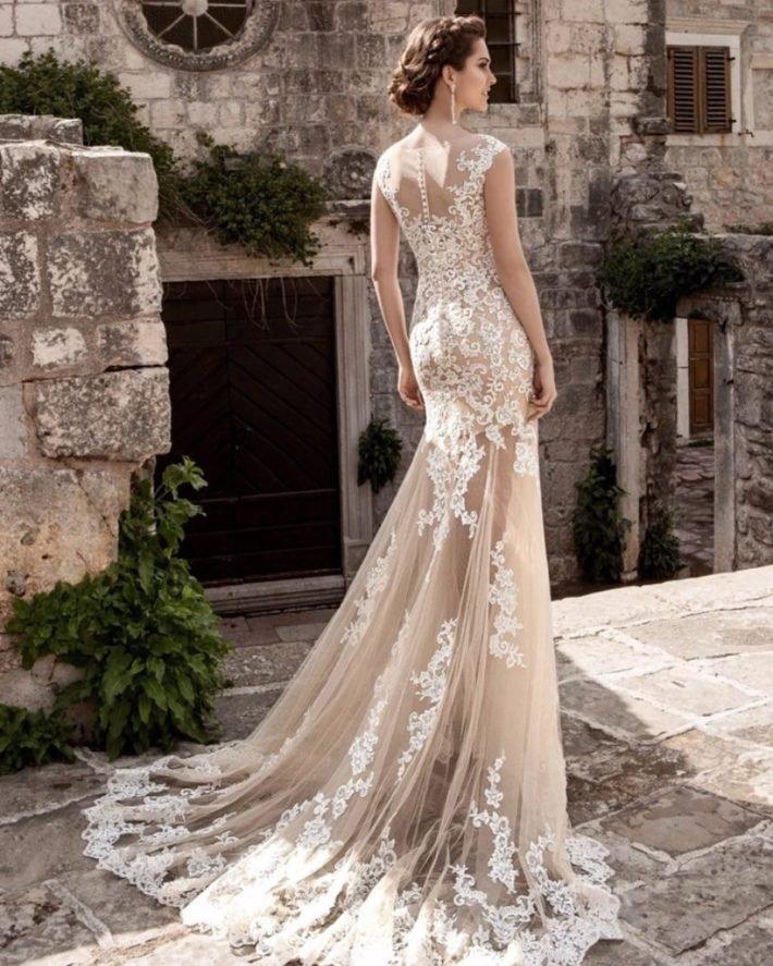 свадебные платья: со шлейфом бежевое