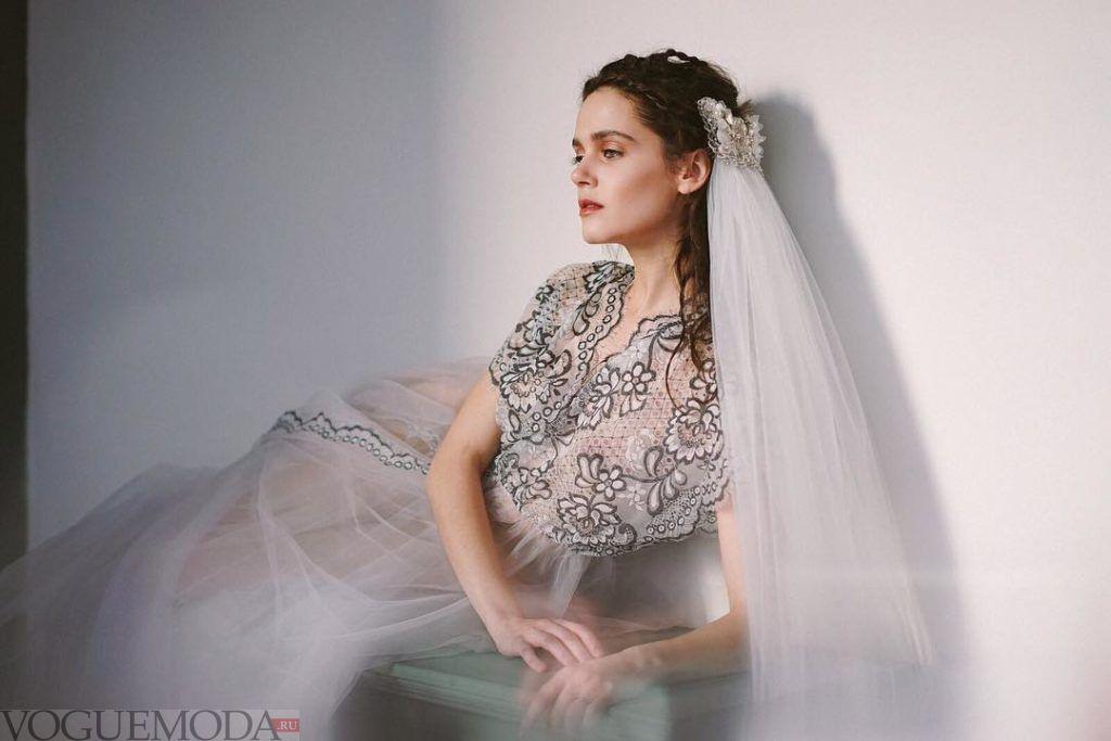 свадебное платье с тёмным кружевом