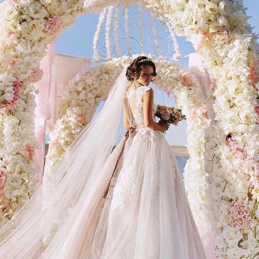 свадебное платье с цветным бантом