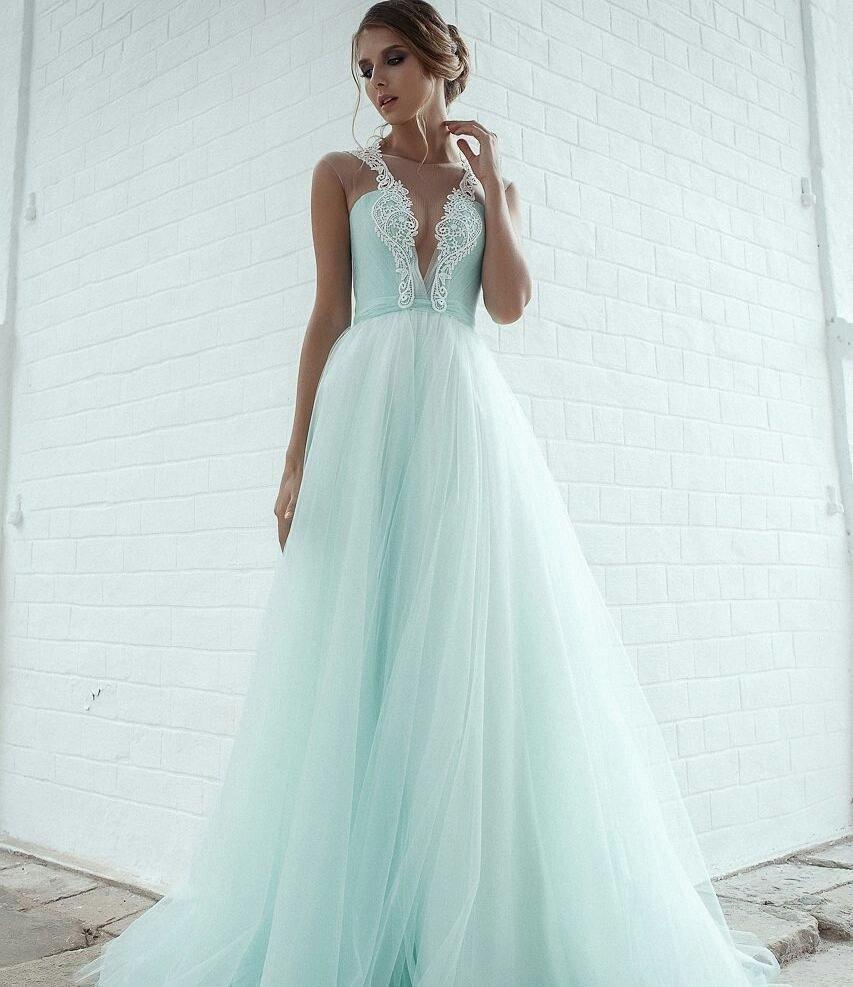 тенденции свадебных платьев: голубое с вырезом