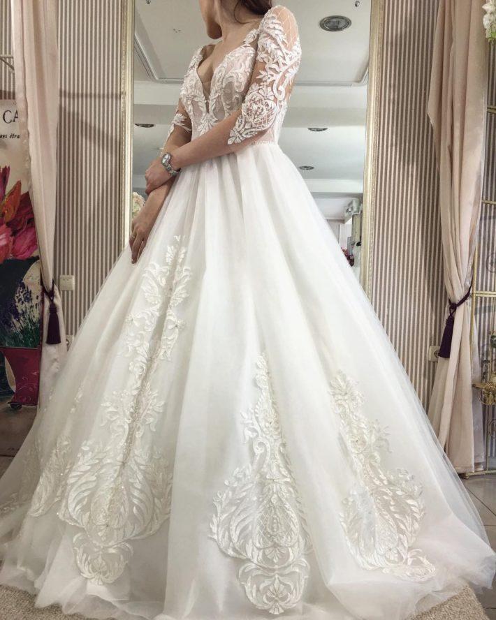 тенденции свадебных платьев: пышное с вырезом