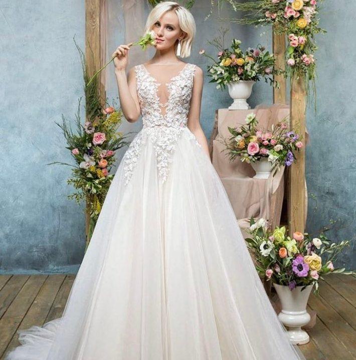 тенденции свадебных платьев: белое с вырезом