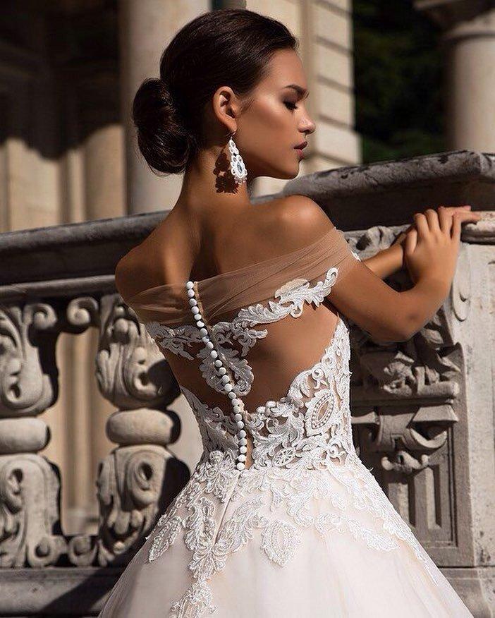 свадебное платье с открытыми плечами с пуговицами