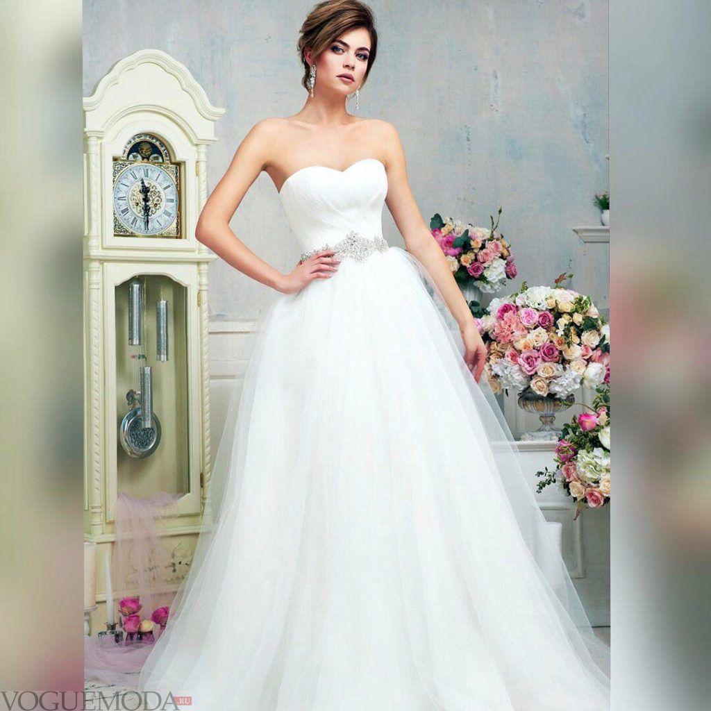 свадебное платье с открытыми плечами с декором