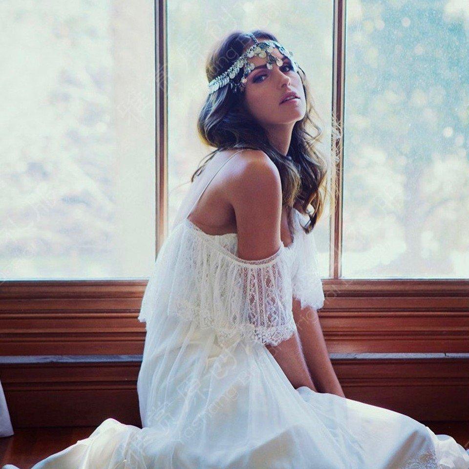 свадебное платье с открытыми плечами с рюшами