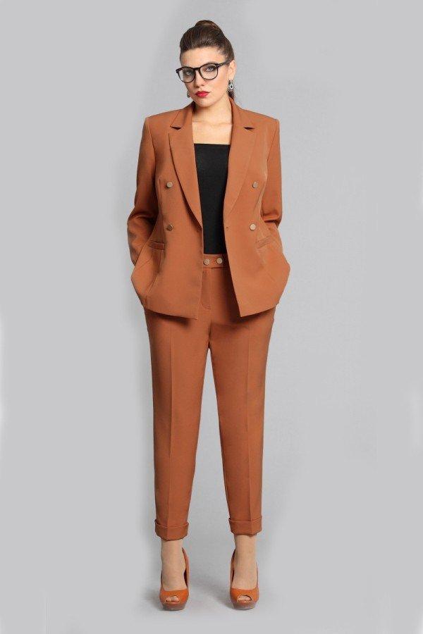 брючный костюм коричневый