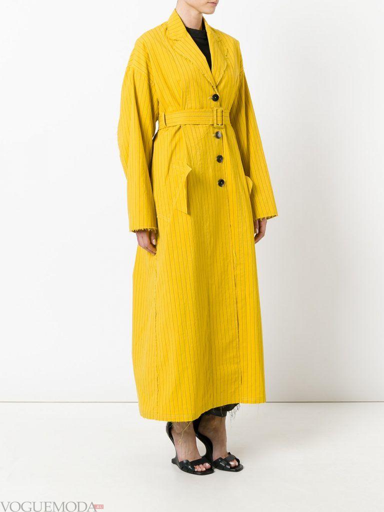 модный плащ желтый