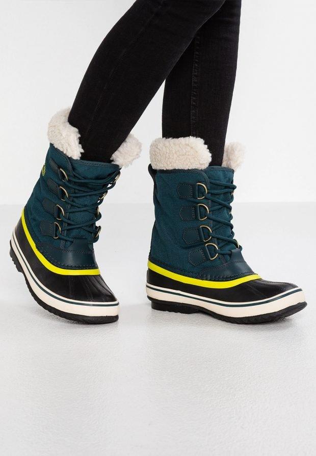 зеленые ботинки со шнурками с желтой полосой
