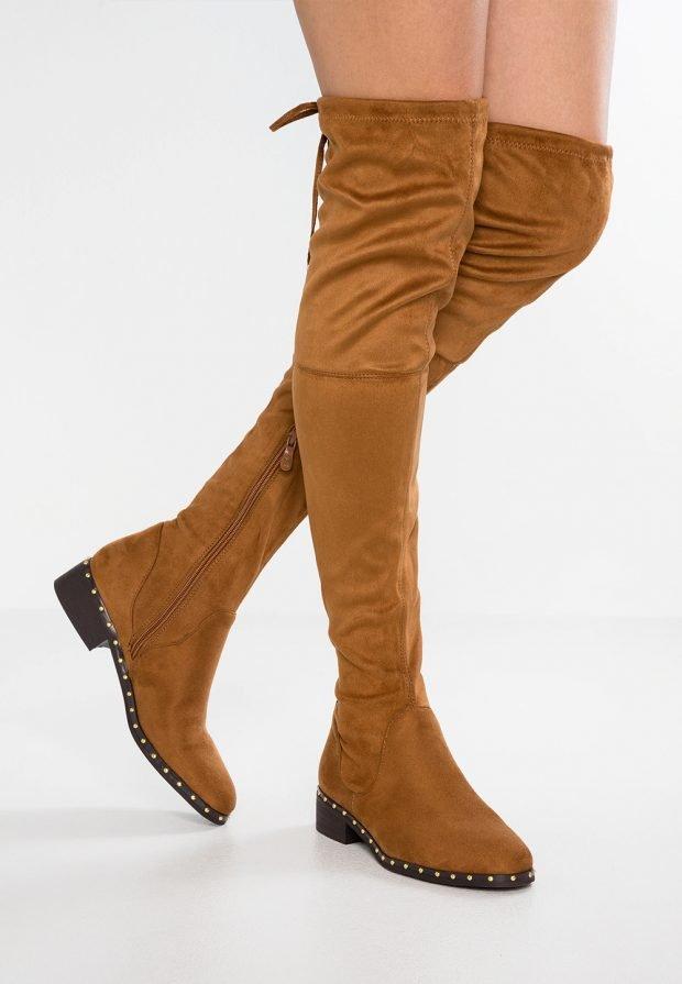желто-коричневые зимние ботфорты на низком каблуке