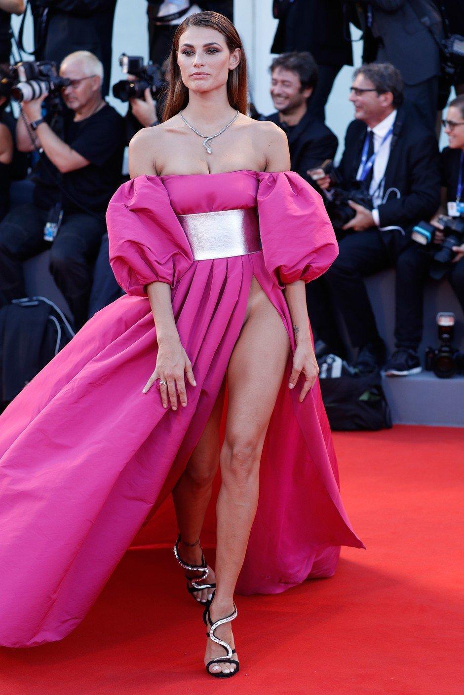 Смотреть фото популярные звезды в прозрачных юбках без трусов