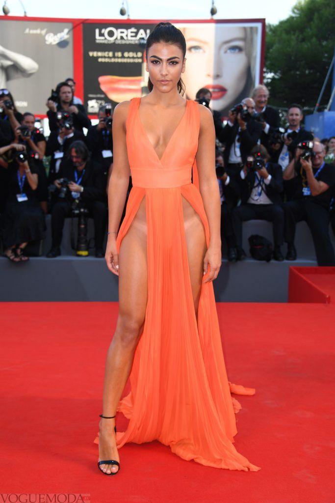 голое платье без белья оранжевое