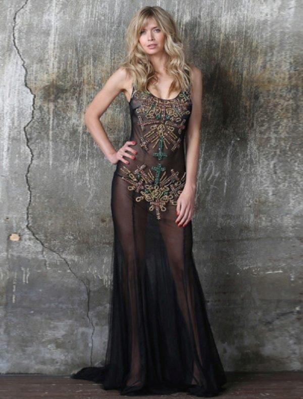 голое платье из прозрачных тканей с украшением