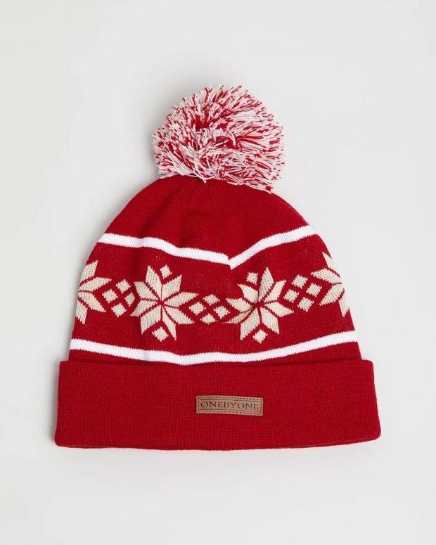 красная шапка помпон с рисунком