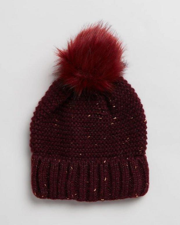 темно-бордовая вязаная шапка с меховым помпоном