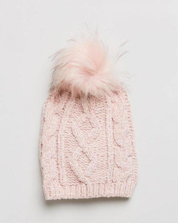 нежно-розовая шапка с меховым помпоном