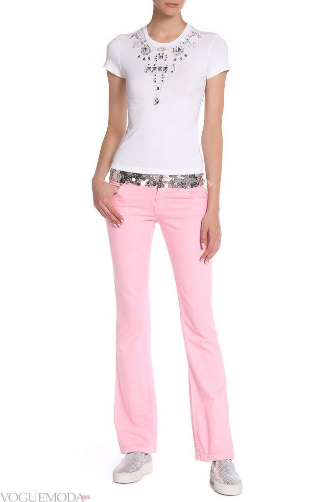 каждодневный образ с розовыми джинсами