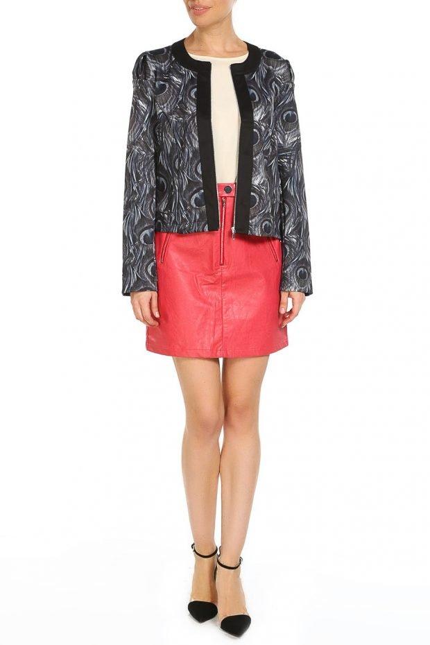 с красной юбкой и пиджаком